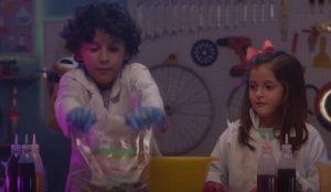 niños haciendo experimentos caseros